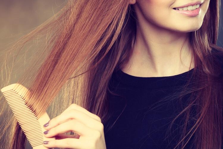 Ragazza che si pettina - Prevenire la caduta dei capelli
