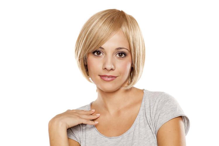 Donna con protesi ai capelli