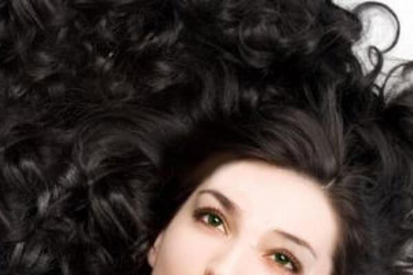 Testa di donna con capelli lunghi neri mossi