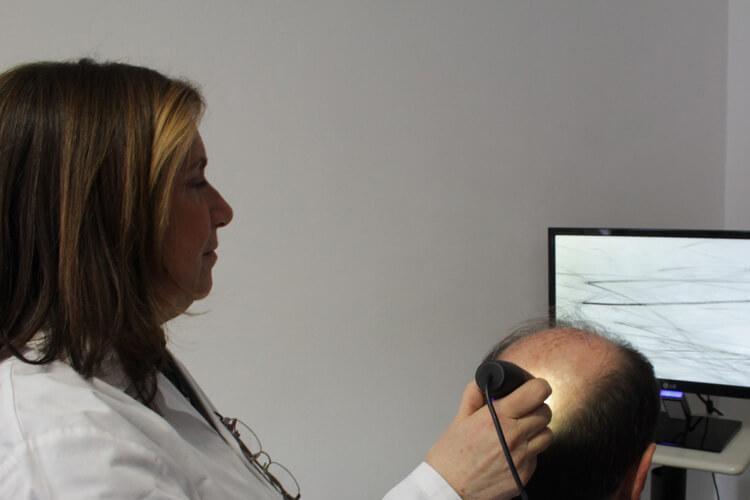 Dottoressa con paziente - Come risolvere i problemi dei capelli