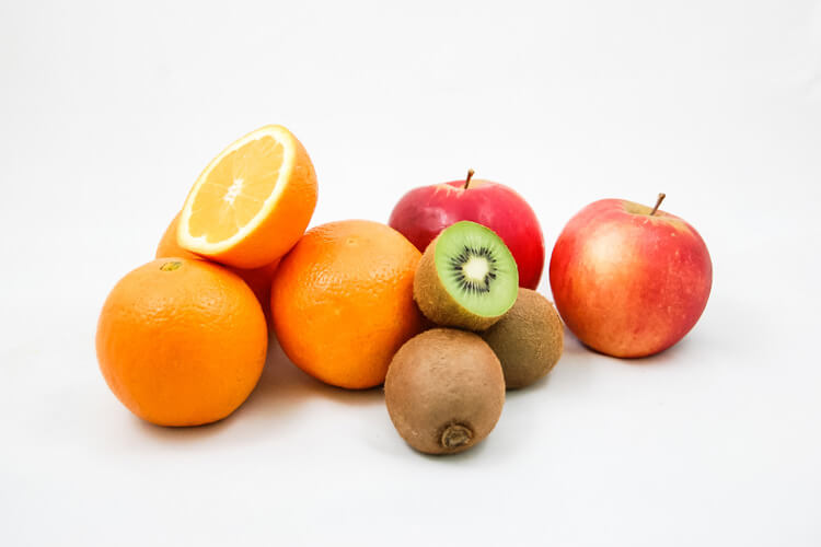 Frutta mista: arance, kiwi, mele