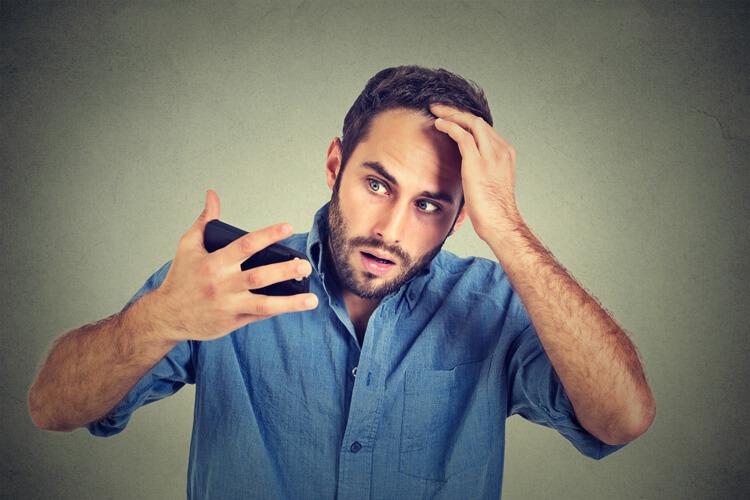 Uomo preoccupato con mano in testa